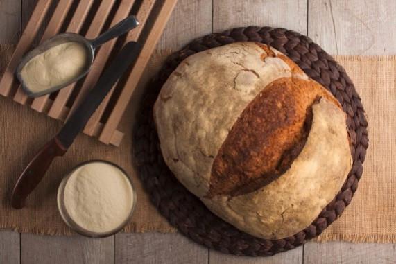 Pane con patate casereccio INFORMAZIONI  Le patate lesse, tritate a mano e ricche di amido, rendono questa pagnotta di pane pugliese ancora più soffice e compatta, estremamente piacevole alla masticazione.  Ogni fetta, dal caratteristico colore dorato e dalla crosta croccante, si presta idealmente a diversi usi unendo all'aroma del pane bianco quella delle patate in un rustico prodotto gourmet.  Lievitato naturalmente e prodotto dal Panificio Bisceglia, questa versione pugliese della ricetta del pane di patate, diffusa in molte altre regioni d'Italia, saprà sorprendervi per gusto e freschezza.